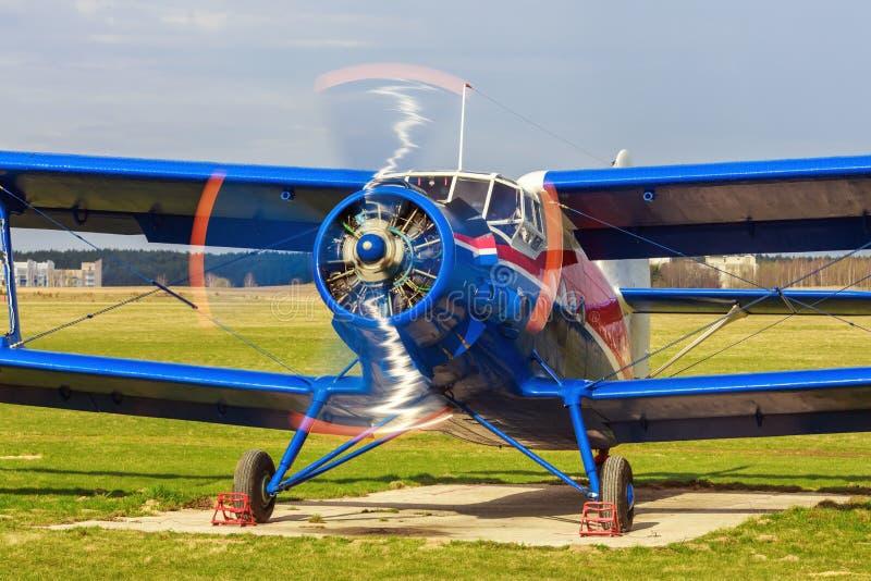 Flugzeug mit dem drehenden Propeller lizenzfreie stockfotografie