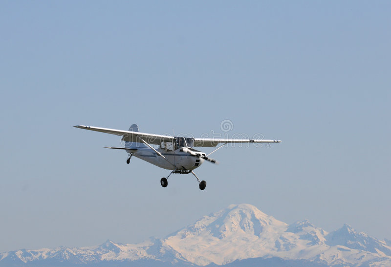 Flugzeug Mit Gebirgsrückseitigem Tropfen Stockfotos