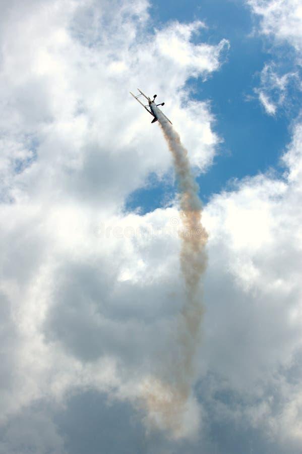 Flugzeug mit Rauchspur stockfoto