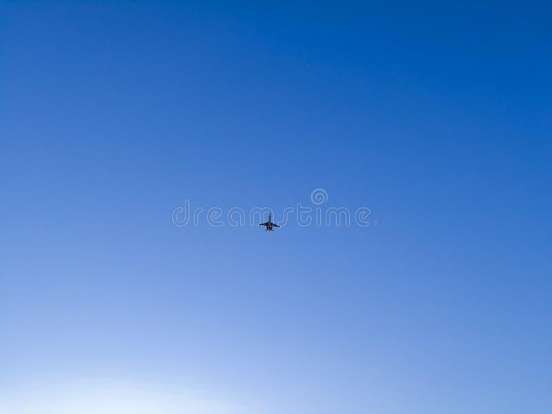 Flugzeug mit zwei Strahltriebwerken, die über den blauen Himmel des Abends fliegen lizenzfreies stockbild