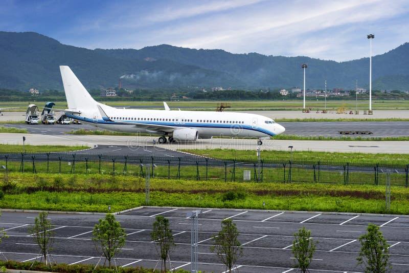 Flugzeug nahe dem Terminal lizenzfreie stockbilder