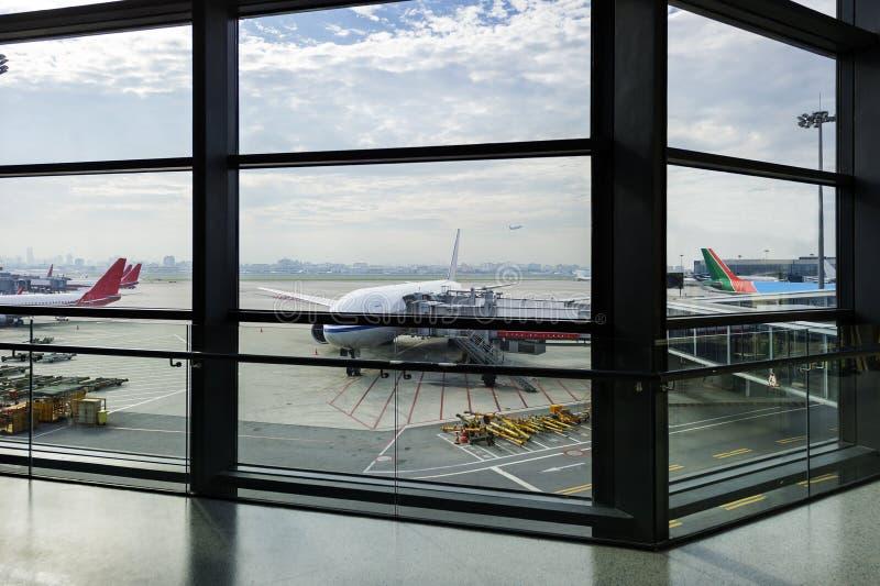 Flugzeug nahe dem Terminal lizenzfreies stockbild