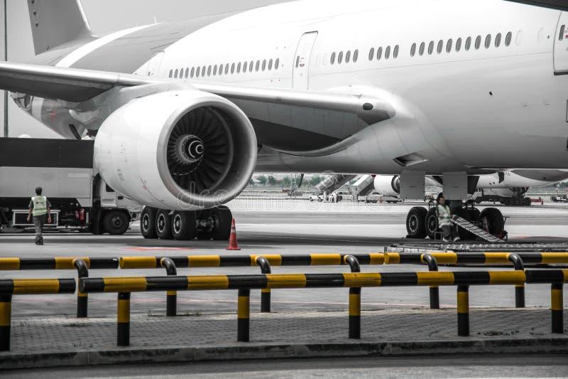 Flugzeug nahe dem Terminal in einem Flughafen lizenzfreie stockfotos