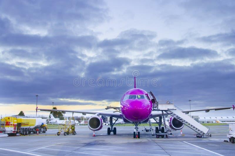 Flugzeug nahe dem Terminal in einem Flughafen lizenzfreie stockfotografie