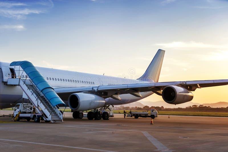 Flugzeug nahe dem Terminal in einem Flughafen lizenzfreie stockbilder