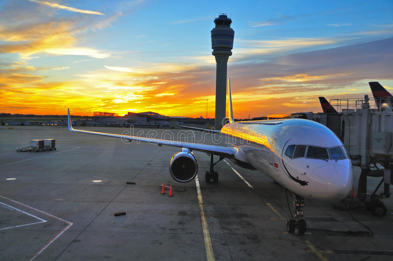Flugzeug am Sonnenaufgang lizenzfreies stockfoto