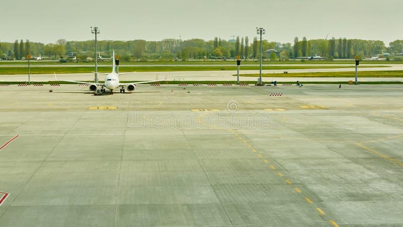 Flugzeug am Terminaltor bereit zum Start lizenzfreies stockbild