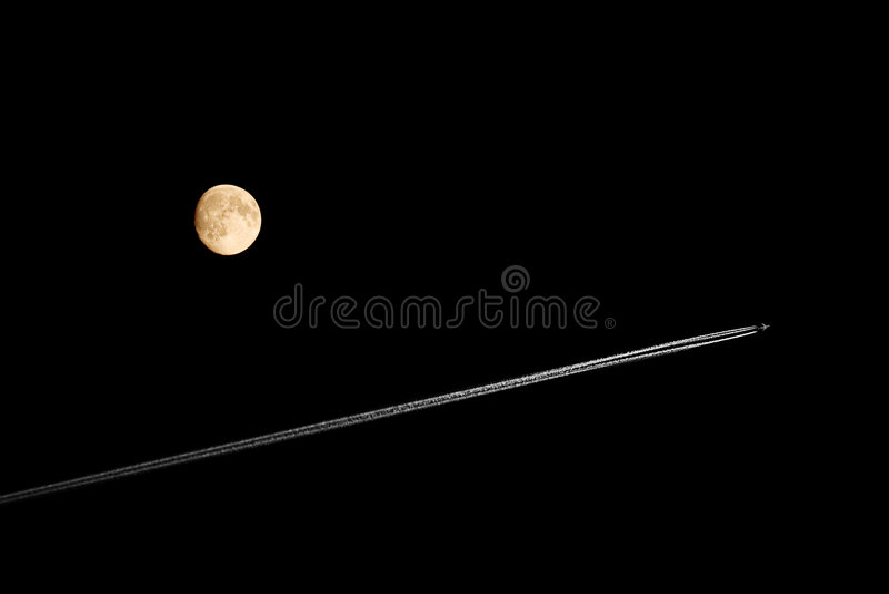 Flugzeug u. Mond auf einem schwarzen Himmel lizenzfreie stockbilder