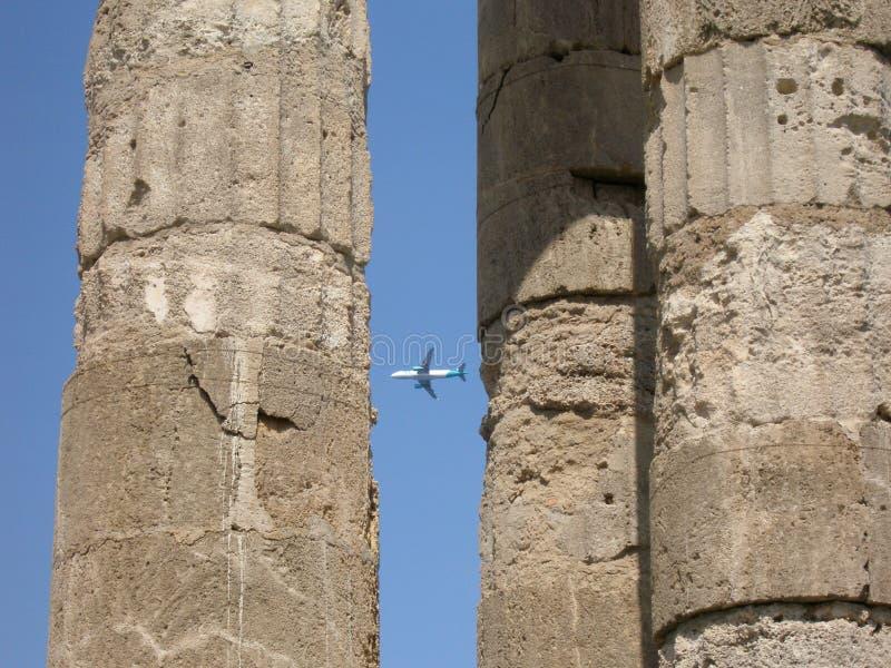 Flugzeug und alte Stadt lizenzfreies stockfoto