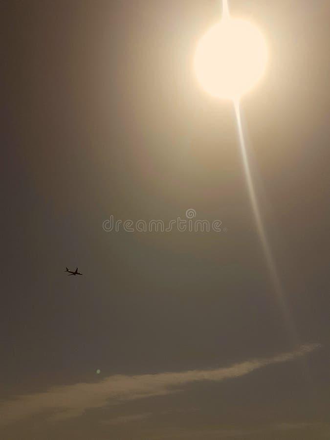 Flugzeug unter dem Himmel lizenzfreie stockbilder