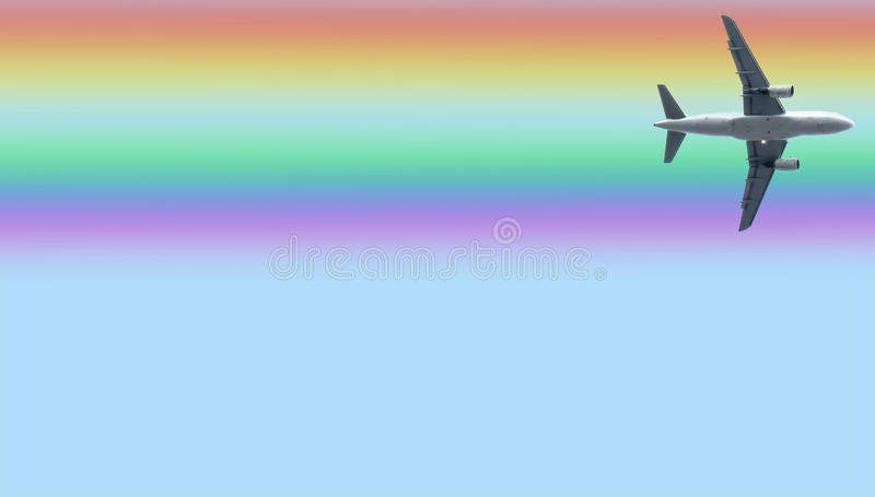 Flugzeug unter dem Regenbogen stockbild