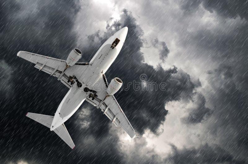 Flugzeugannäherung an der Flughafenlandung im Sturmhurrikanregen des schlechten Wetters stockfoto