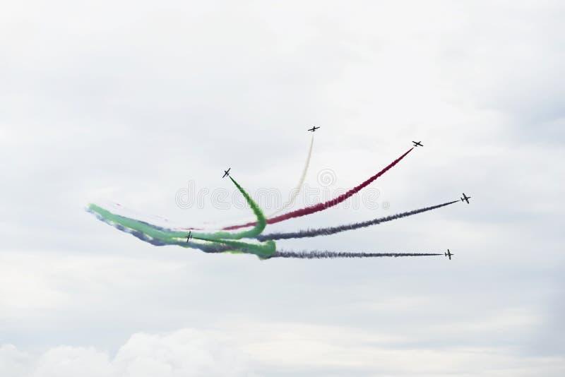 Flugzeuge auf aerobatic Show, heller Mehrfarbenrauch schleppt Flugzeuge, fliegende Anzeige, Kunstfliegen, Teamwork stockfoto