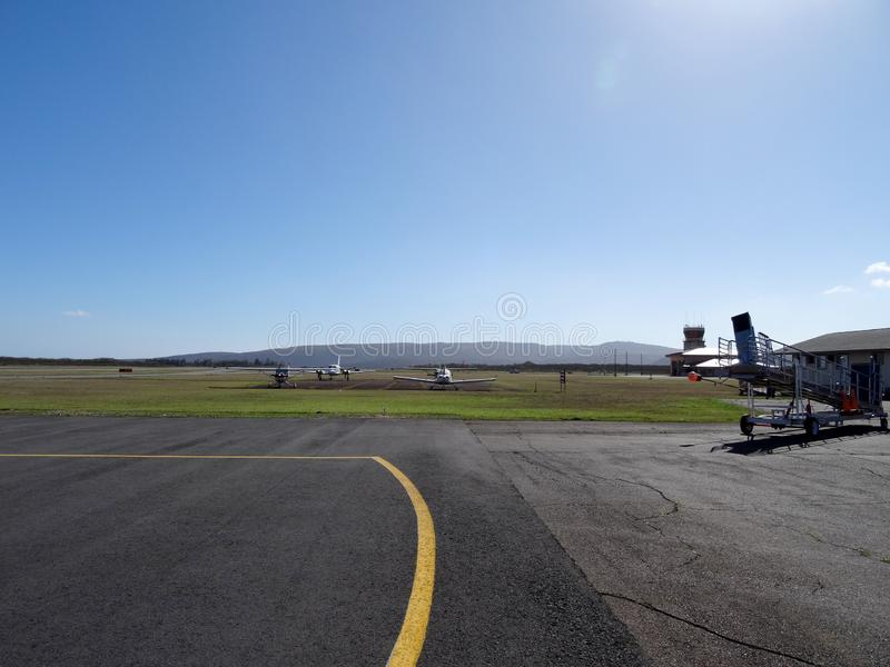Flugzeuge auf Asphalt an Molokai-Flughafen lizenzfreie stockbilder