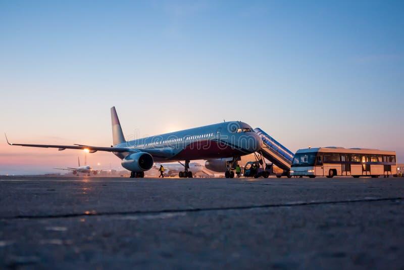 Flugzeuge auf dem Flughafenschutzblech des frühen Morgens lizenzfreies stockfoto