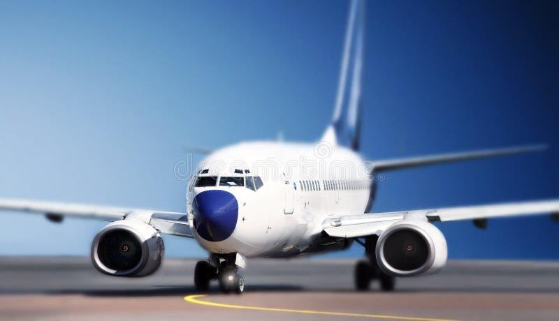 Flugzeuge auf Laufbahn stockfotografie