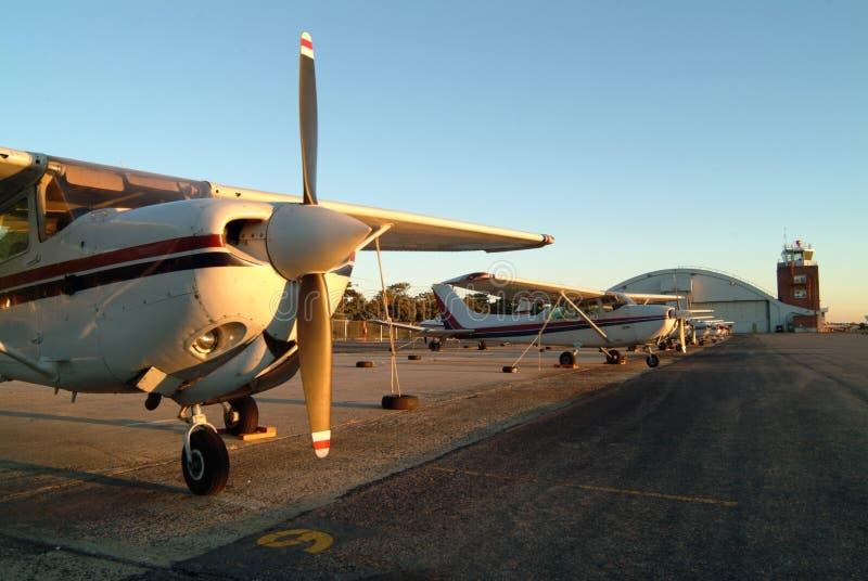 Flugzeuge ausgerichtet auf dem Asphalt. stockbild