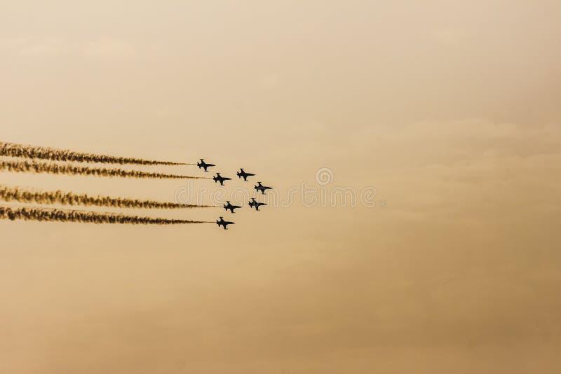 Flugzeuge des türkischen akrobatischen Geschwaders, das im Sonnenunterganghimmel über Izmir die Türkei durchführt stockbild