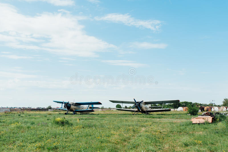 Flugzeuge, die auf grünem Gras stehen Ukraine, 2016 stockbild