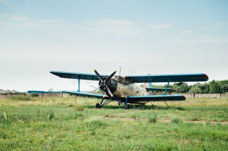 Flugzeuge, die auf grünem Gras stehen Ukraine, 2016 lizenzfreie stockbilder