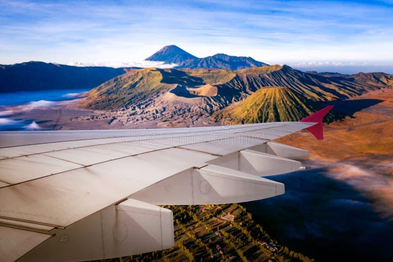 Flugzeuge fliegen von Surabaya aus und fliegen über Indonesien stockbild