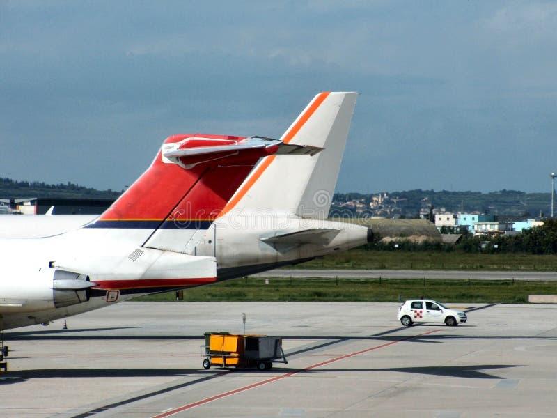 Flugzeuge im Flughafen stockbild