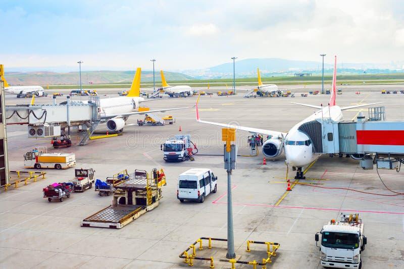 Flugzeuge, Service-Ausrüstung, Istanbul-Flughafen lizenzfreie stockbilder