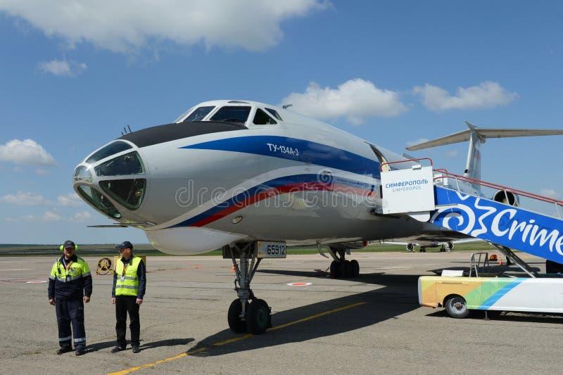 Flugzeuge Tu-134A-3 Bord-RA-65912 von der Fluglinie Russland am Flughafen in Simferopol lizenzfreie stockfotos