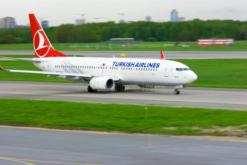 Flugzeuge Turkish Airliness Boeing 737-8F2 in internationalem Flughafen Pulkovo in St Petersburg, Russland stockbilder