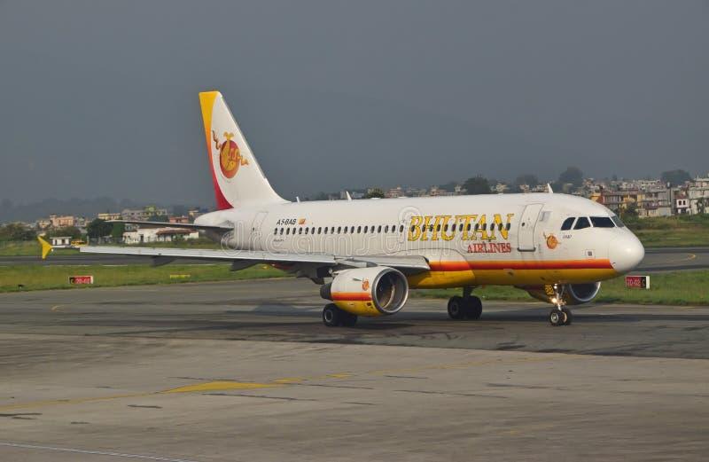 Flugzeuge von Bhutan-Fluglinien auf Rollbahn stockfotos