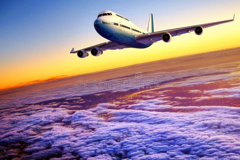 Flugzeugfliegen über Wolken bei Sonnenuntergang lizenzfreies stockfoto