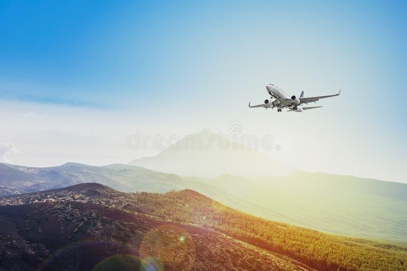 Flugzeugfliegen auf Sonnenunterganghimmelhintergrund - Reisekonzept - lizenzfreie stockbilder