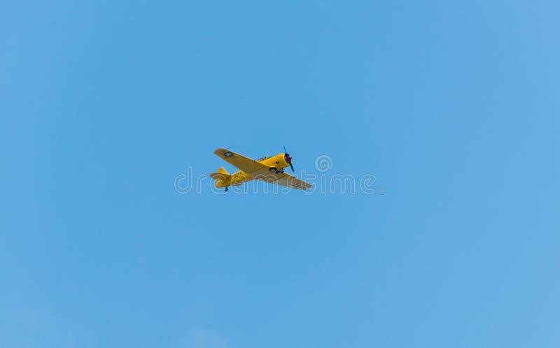 Flugzeugfliegen durch einen klaren Himmel lizenzfreie stockfotografie