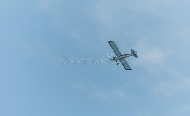 Flugzeugfliegen durch einen klaren Himmel stockfoto