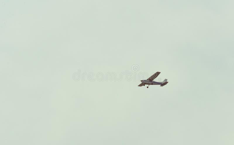 Flugzeugfliegen durch einen klaren Himmel stockfotos