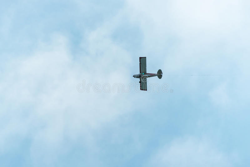 Flugzeugfliegen durch einen klaren Himmel lizenzfreies stockbild