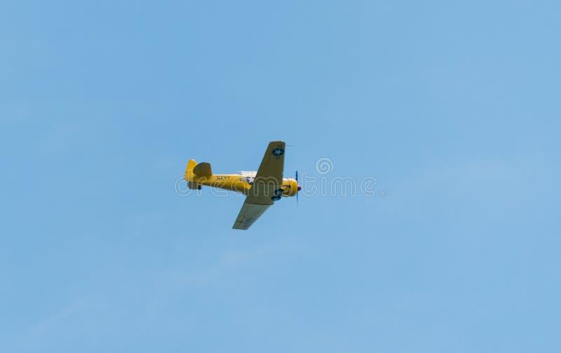 Flugzeugfliegen durch einen klaren Himmel stockbilder