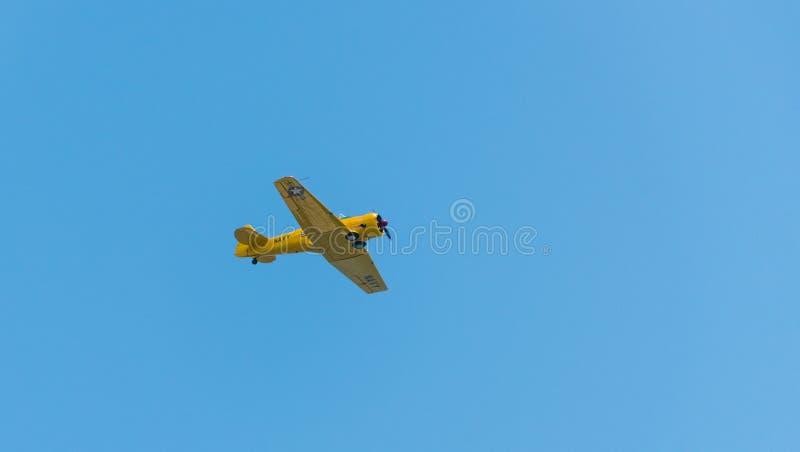 Flugzeugfliegen durch einen klaren Himmel stockbild