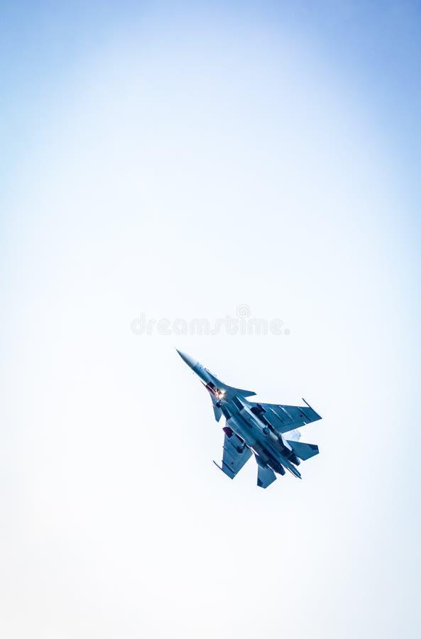 Flugzeugfliegen gegen den Himmel, Ansicht von unten lizenzfreies stockbild