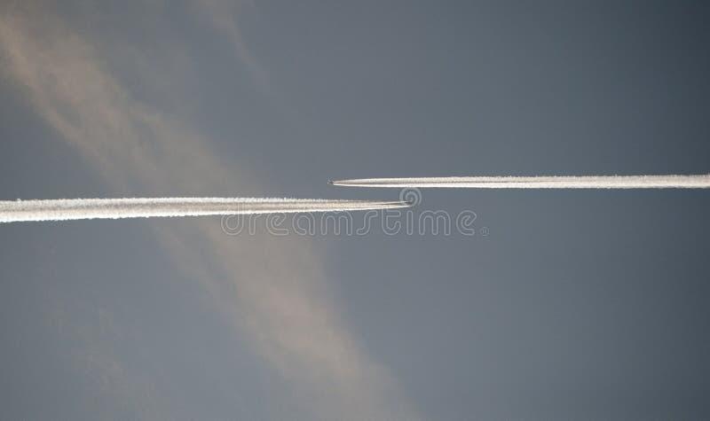 Flugzeugkondensstreifen stockbilder