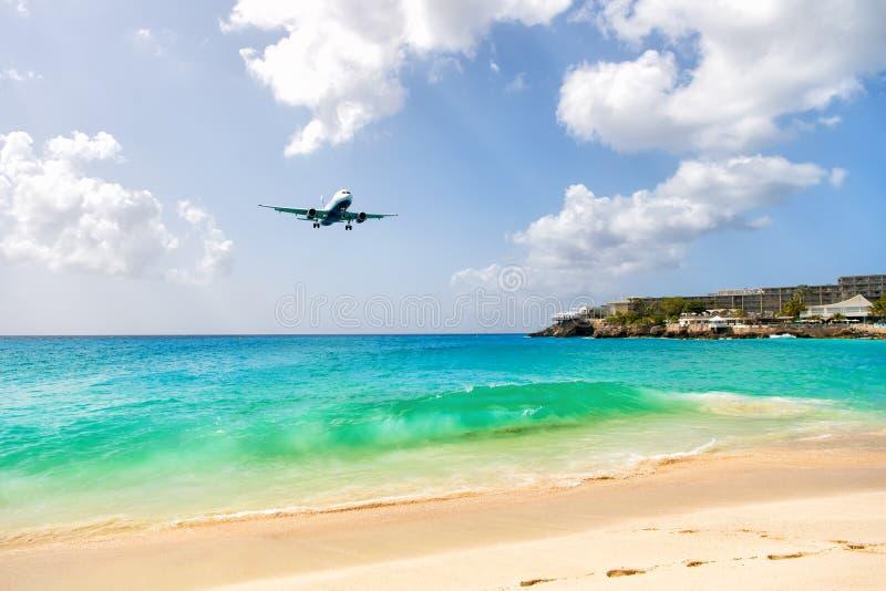 Flugzeuglandung über schönem Strand und Meer stockfoto