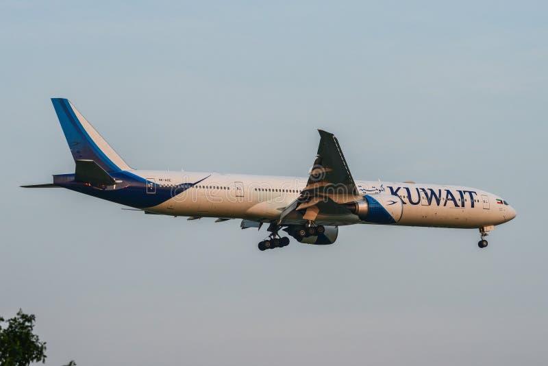 Flugzeuglandung an Bangkok-Flughafen stockfotografie