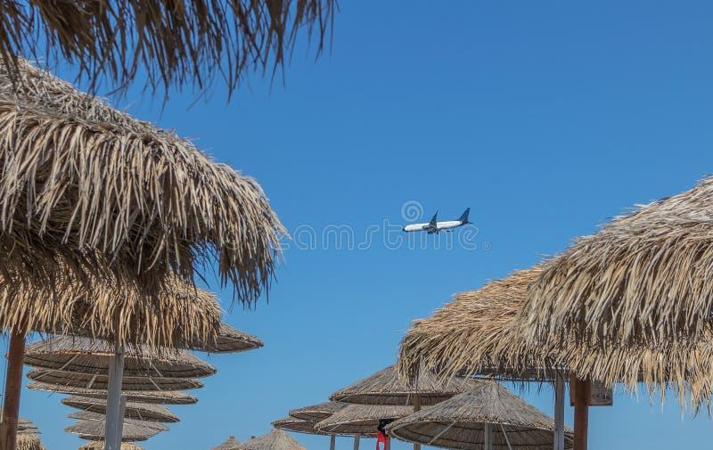 Flugzeuglandung an santorini Flughafen gesehen von Kamari-Strand Wi lizenzfreies stockfoto