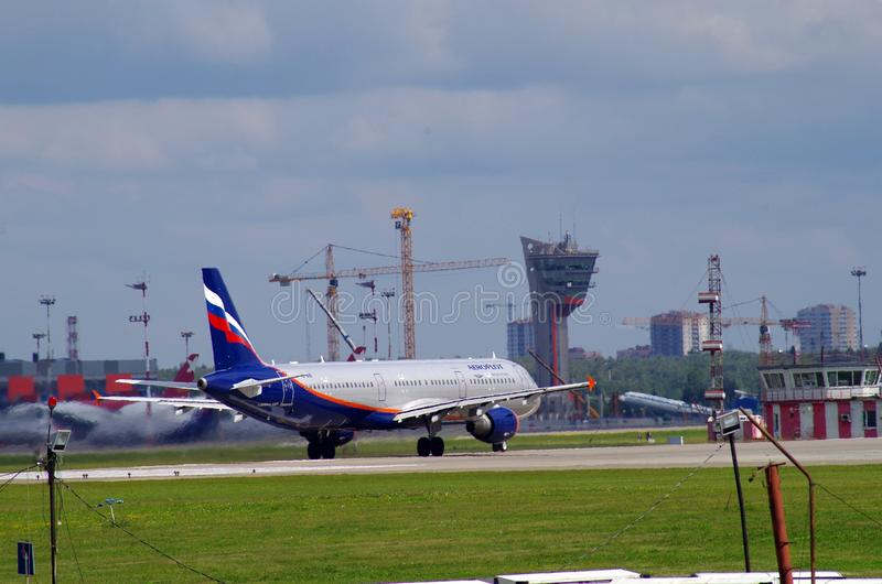 Flugzeuglandung in sheremetevo Flughafen lizenzfreie stockfotos