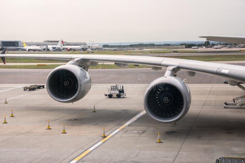 Flugzeugmaschinen am Flughafen stockfoto