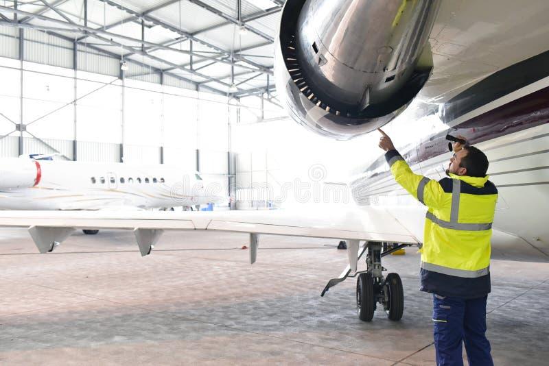 Flugzeugmechaniker-Grundmannschaft kontrolliert und überprüft die Turbine lizenzfreies stockfoto