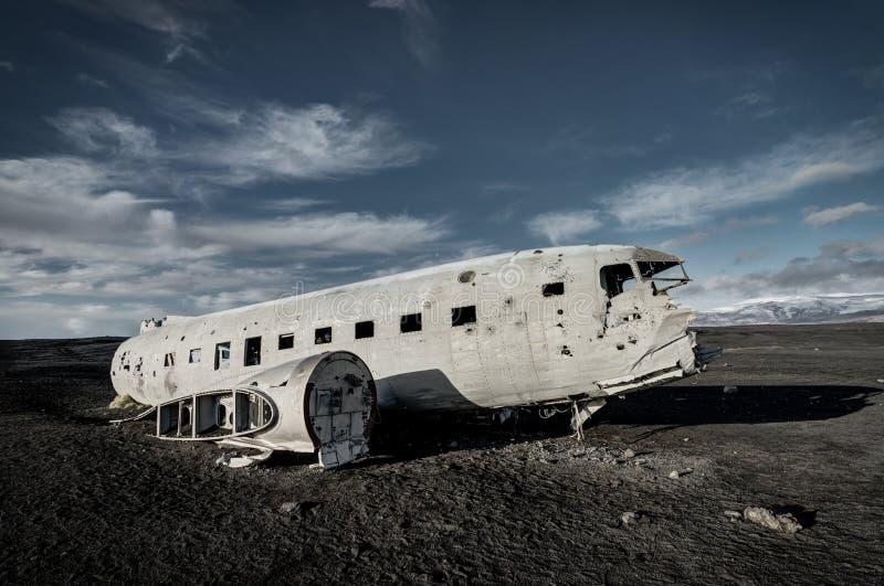 Flugzeugschiffbruch Solheimasandur Island auf schwarzem Sandstrand lizenzfreie stockbilder