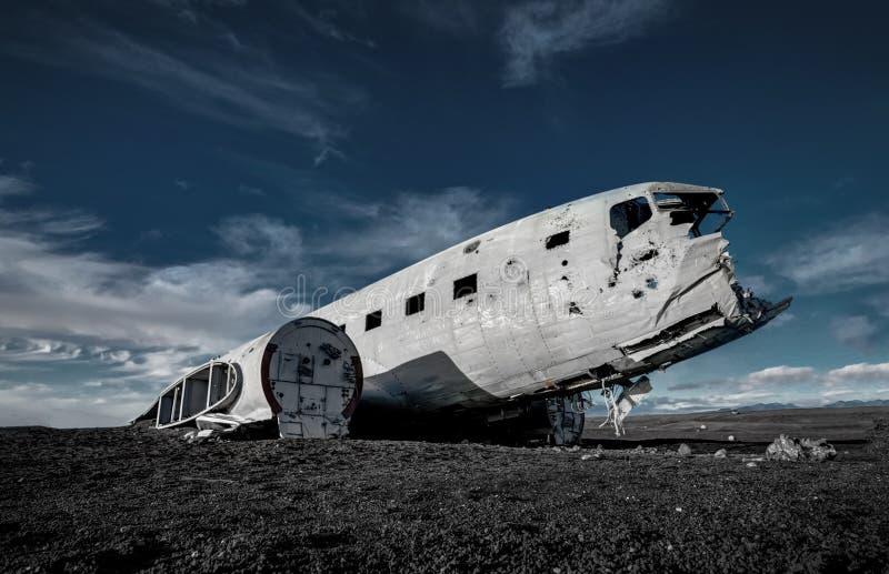 Flugzeugschiffbruch Solheimasandur Island auf schwarzem Sandstrand stockbild
