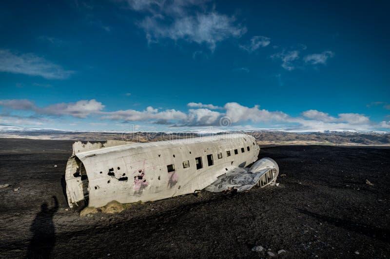 Flugzeugschiffbruch Solheimasandur Island auf schwarzem Sandstrand lizenzfreies stockfoto