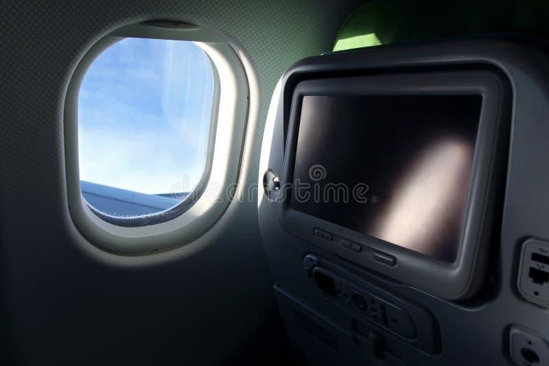 Flugzeugsitz mit Fernsehbildschirm stockfoto